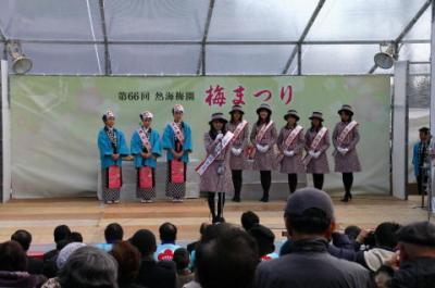熱海の「ミス梅娘」と「椿まつり」のPRに訪れた東京・伊豆大島の「ミス椿の女王」