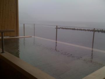 大雨の貸切露天風呂