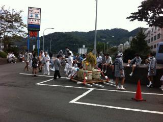 平鶴 駐車場 昼の神輿