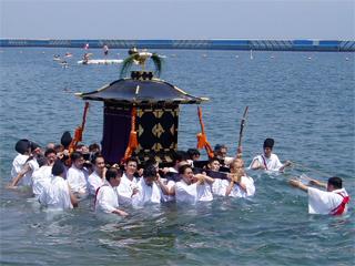 御鳳輦を奉舁しながら海中へ入る「浜降り」